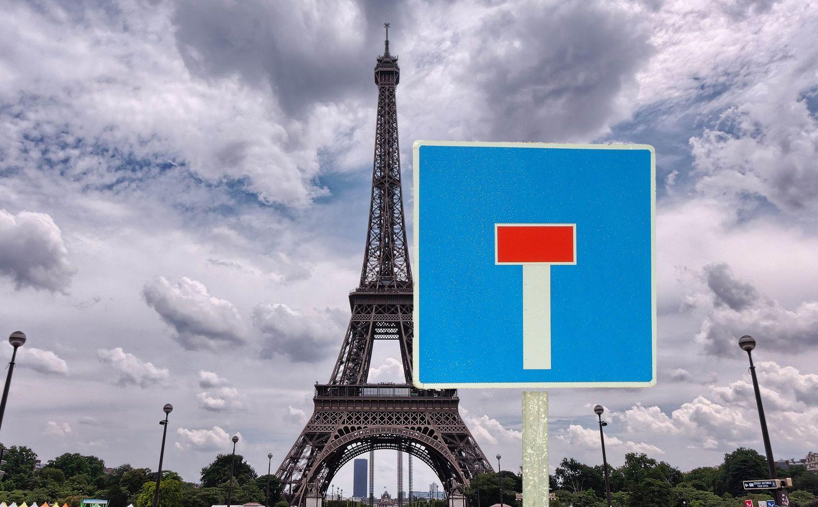 Panneau sans-issue devant la Tour Eiffel