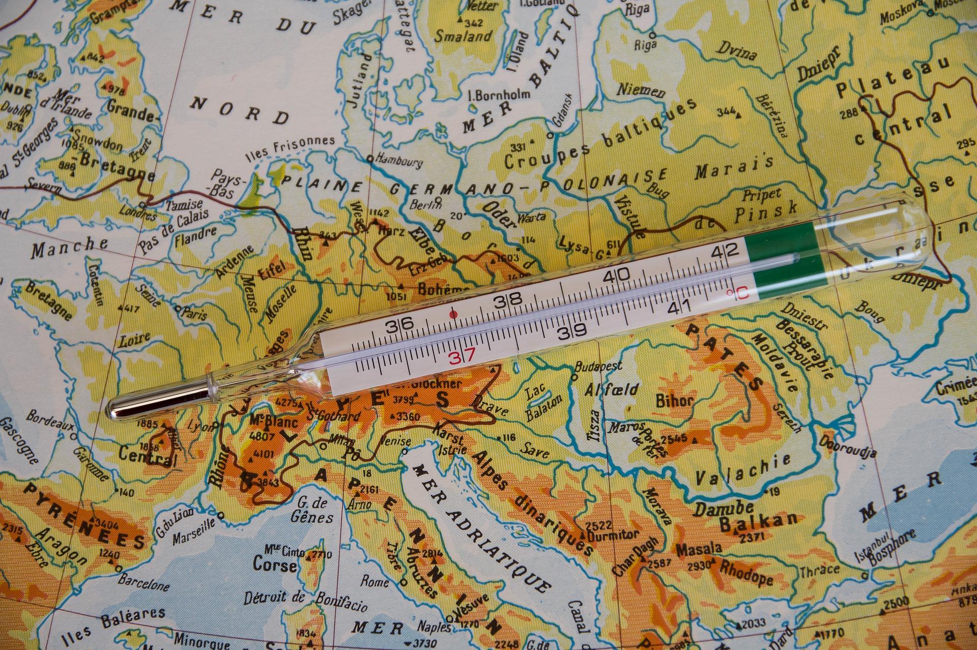 Pandémie - Un thermomètre médical sur l'Europe