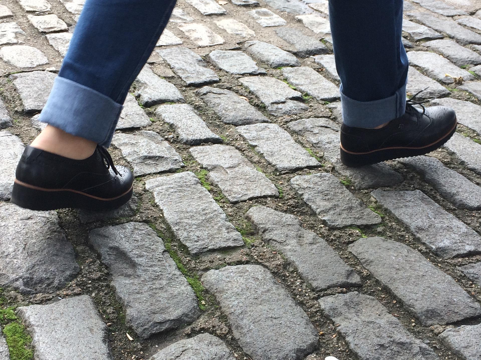 Des pas sur les pavés